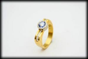 18 karaat bicolor ring 0.40 karaat prinses geslepen diamant en 1.1 karaat saffier